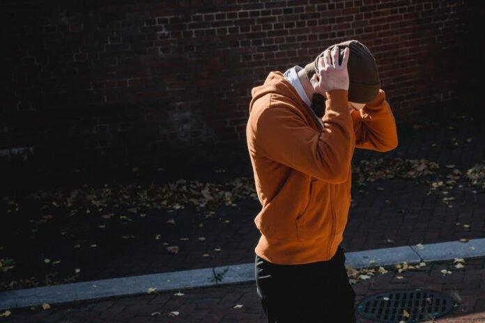 Mężczyzna trzymający się za głowę