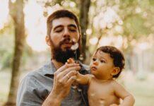 Ojciec z małym dzieckiem