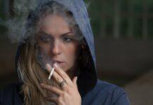 Paląca papierosa dziewczyna