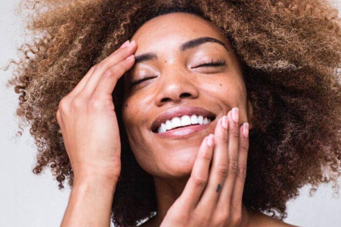 twarz szczęśliwej kobiety
