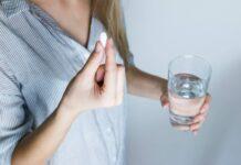 Kobieta zażywająca tabletkę