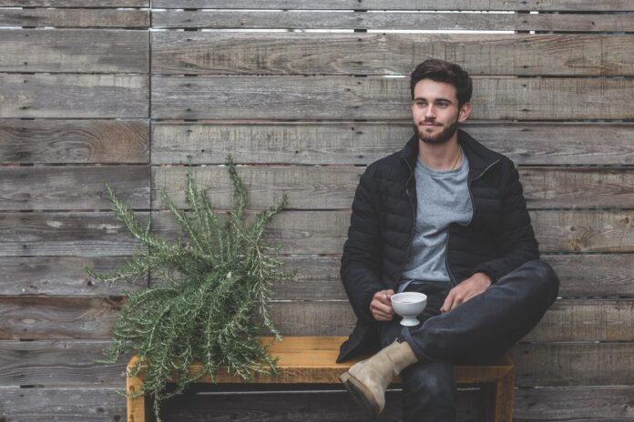 siedzący mężczyzna na ławce
