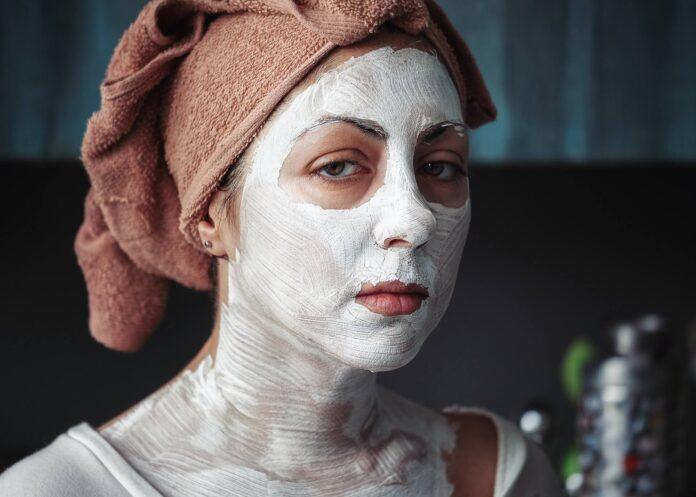 kobieta z kremem na twarzy