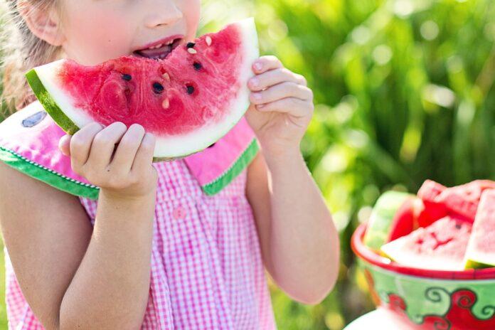 dziecko i arbuz