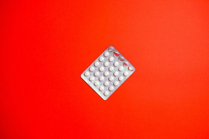 Problem ze spokojnym snem niestety dotyczy wielu osób. W momencie, kiedy trudności z zasypianiem i przebudzenia w trakcie snu są coraz częstsze, warto jest wspomóc się suplementami diety. Jednym z popularniejszych jest Novanoc, który wspiera zdrowy sen. W tym artykule dowiesz się, jakie opinie panują na forum na temat Novanoc 16 tabletek, jakie są skutki uboczne, wynikające z jego stosowania, przeciwwskazania i cena. Novanoc 16 tabletek - jakie opinie królują na forum? Novanoc 16 tabletek to suplement, który cieszy się bardzo dobrymi opiniami. Oczywiście, ma swoich zwolenników, jak i przeciwników, jednak w większości opinie mają pozytywny wydźwięk. Użytkownicy forum piszą, że tabletki Novanoc działają po kilku minutach od zażycia, dzięki czemu zasypianie staje się o wiele prostsze, a sen spokojny. Dzięki Novanoc 16 tabletek, noc jest cała przespana. Użytkownicy na forum wskazują w swoich opiniach, że dzięki tym tabletkom są rano wypoczęci. Pozytywne opinie wynikają także z faktu, że cena jest zadowalająca, jednak szczegółowe informacje na ten temat, poznasz w dalszej części artykułu. Ciekawy jest to, że Novanoc 16 tabletek, działa już po zażyciu jednej kapsułki. Opinie na forum mówią, że jakość snu znacznie się polepszyła i w końcu nie jest on męczarnią. Wiele pozytywnych opinii na forum zawdzięcza się również temu, że formuła leku jest oparta na naturalnych składnikach, jak wyciąg z passiflory, który sprawia, że jakość snu znacznie się podbudowuje, a rano jest się pełnym energii, wyciąg z pozłotki kalifornijskiej, który zapewnia nieprzerwany sen, wyciąg z liści moringa i melisy, dzięki któremu czas potrzebny na zaśnięcie znacznie się skraca, a rytm snu reguluje. Dodatkowo występuje w nim witamina B6. Suplement ten nie zawiera glutenu, ani GMO. Opinie na forum, jak i ulotka informują, że optymalny przedział czasowy przyjmowania leku to od 30 min. do 1 godziny przed pójściem spać. Novanoc - czy występują skutki uboczne? Ziołowe tabletki nie wywołują skutków ubocznych